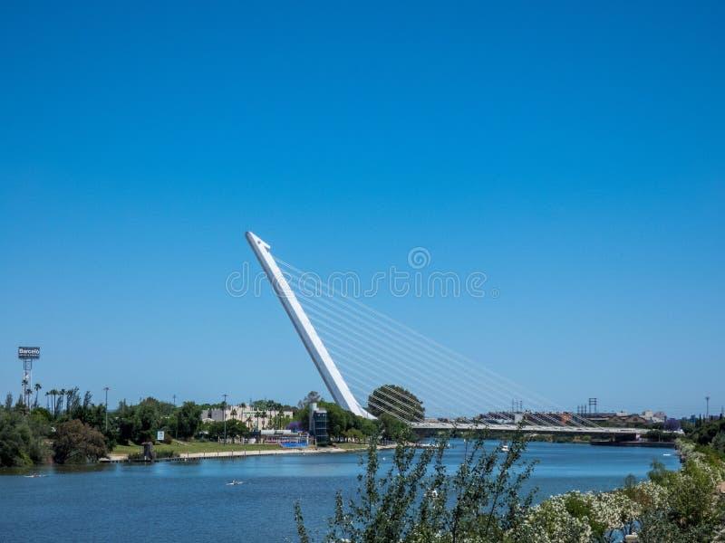 Sevilla-Landschaft, Andalusien Ansicht über den Fluss Guadalqvivir und Brücke stockbilder