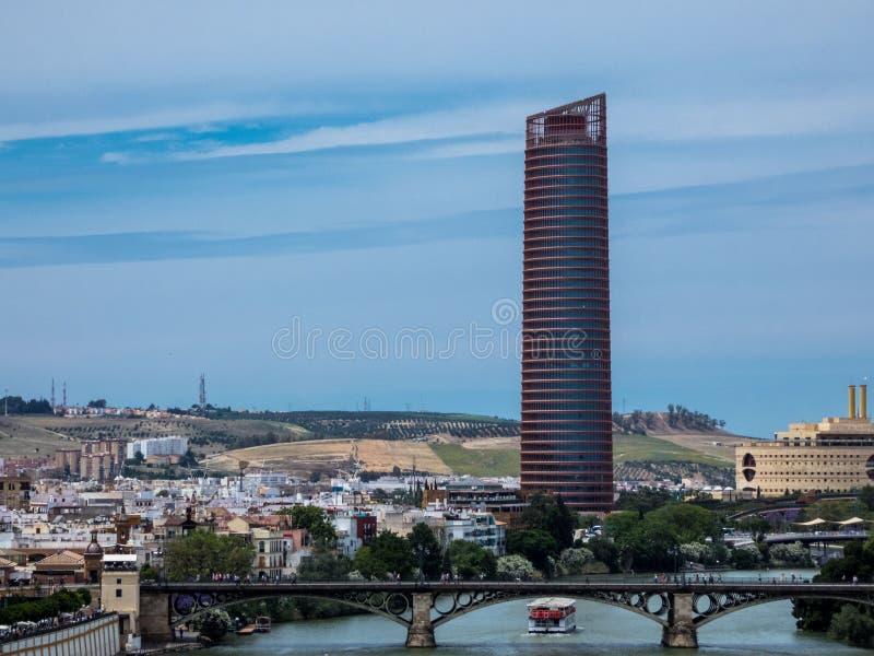 Sevilla-Landschaft, Andalusien Ansicht über den Fluss Guadalqvivir und Turm von Sevilla lizenzfreie stockbilder
