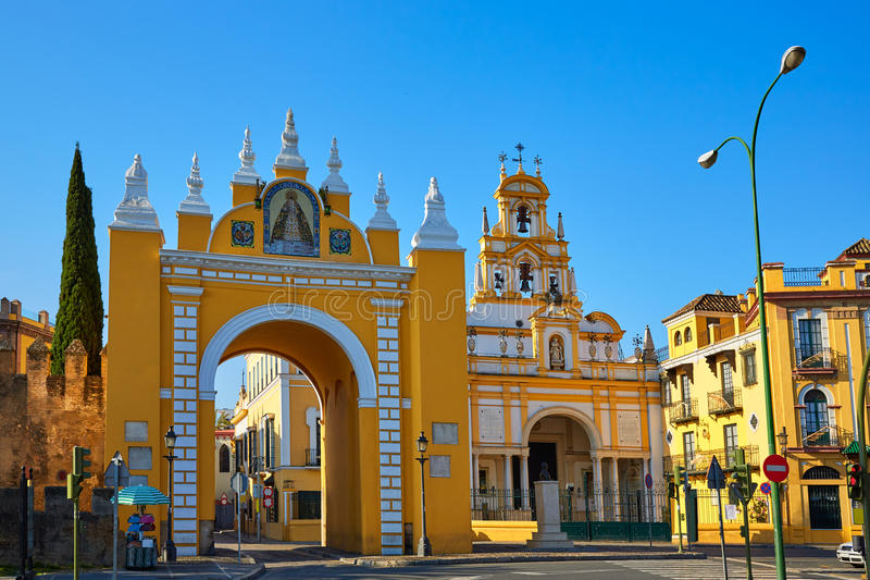 Sevilla Puerta de la Macarena y basílica imagenes de archivo