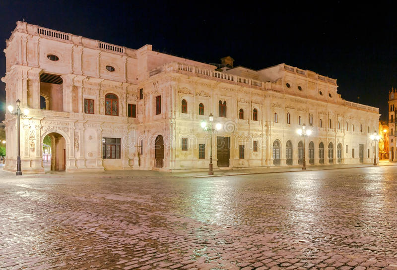Sevilla Rathaus nachts lizenzfreies stockbild
