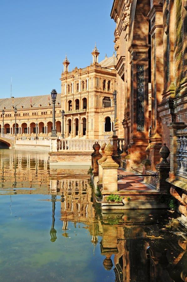 Sevilla - Reflexionen in der Piazza De Espana stockbilder