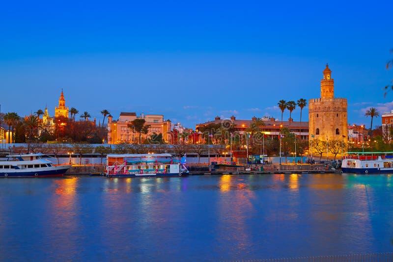 Sevilla-Sonnenuntergangskyline torre Del Oro und Giralda stockfotografie