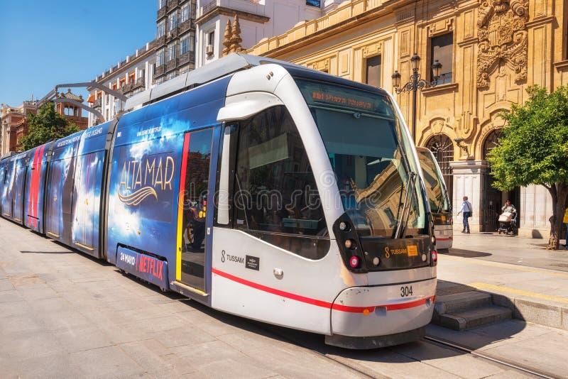 Sevilla, Spanien - 20. Mai 2019: Eine moderne bequeme Tram auf der Stadtstraße sevilla Andalusien Spanien stockbilder
