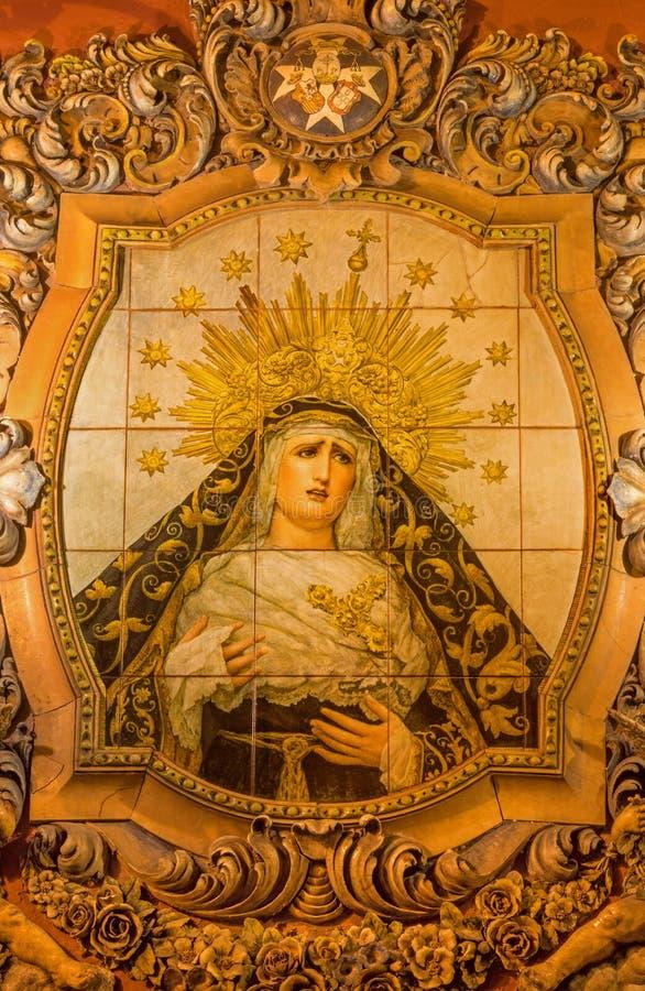 SEVILLA, SPANIEN - 29. OKTOBER 2014: Keramische mit Ziegeln gedeckte, geschrieene Madonna auf der Fassade der Kirche Iglesia San  stockbild