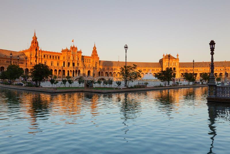 Sevilla, Spanje De Spaanse vierkante Plaza DE Espana mening van de waterkant, zonsondergang stock fotografie