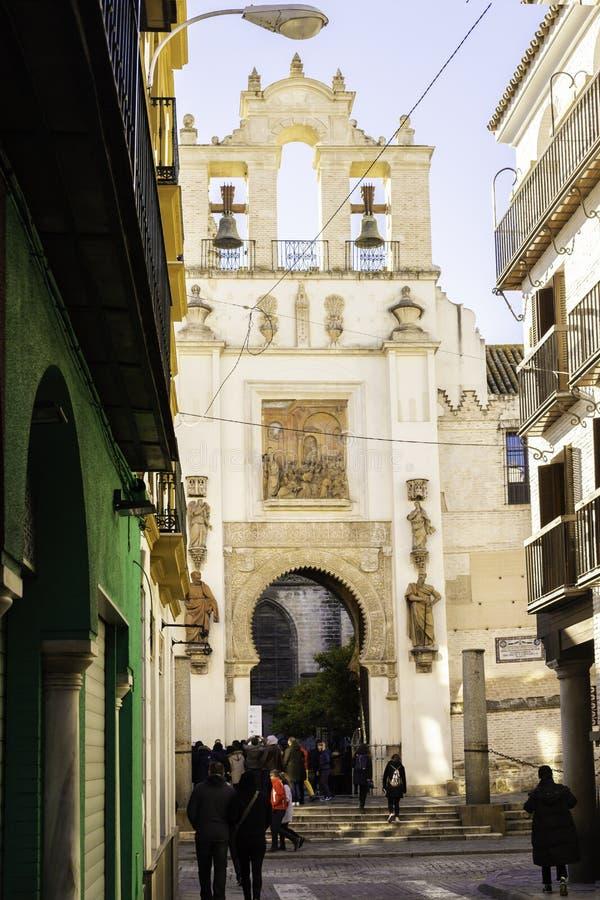 Sevilla, Spanje, 11 Januari, 2019: Mensen die in een comfortabele straat van de oude stad lopen die de kathedraal overzien stock foto