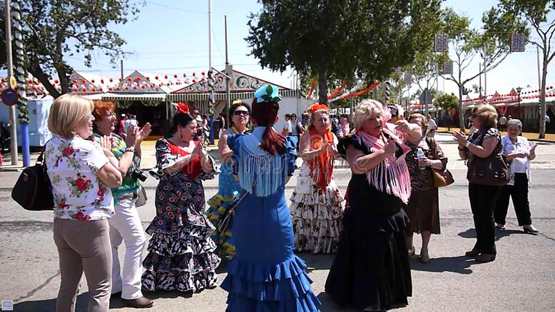 Seville Spain/16th Kwiecień 2013/miejscowi w jaskrawy trad i turysta obrazy stock