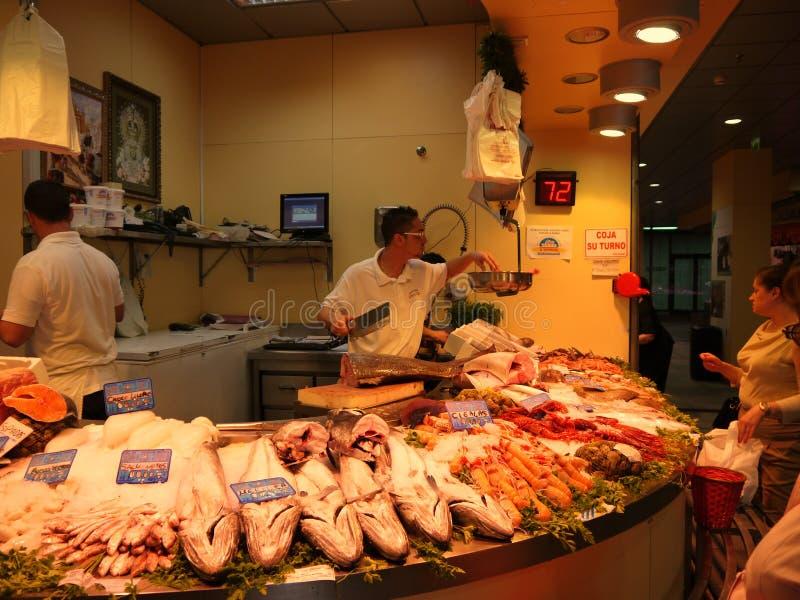 Seville Spain/17th Kwiecień 2013/Robi zakupy w jawnym rynku w zdjęcia stock