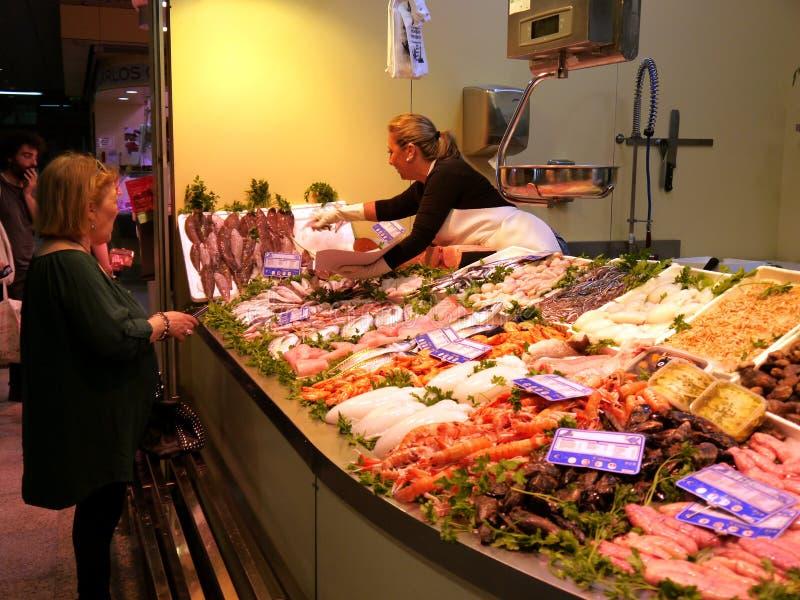 Seville Spain/17th Kwiecień 2013/Robi zakupy w jawnym rynku w obraz stock