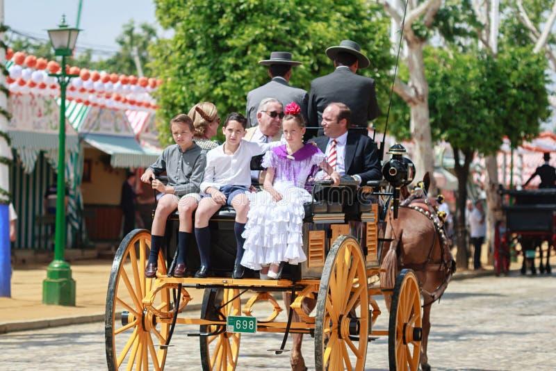 Seville Spanien - April 28, 2015: Familjresande i en hästdr arkivbild