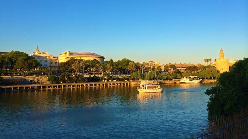 Seville Spanien - Guadalquivir flod och Torre del Oro arkivbilder