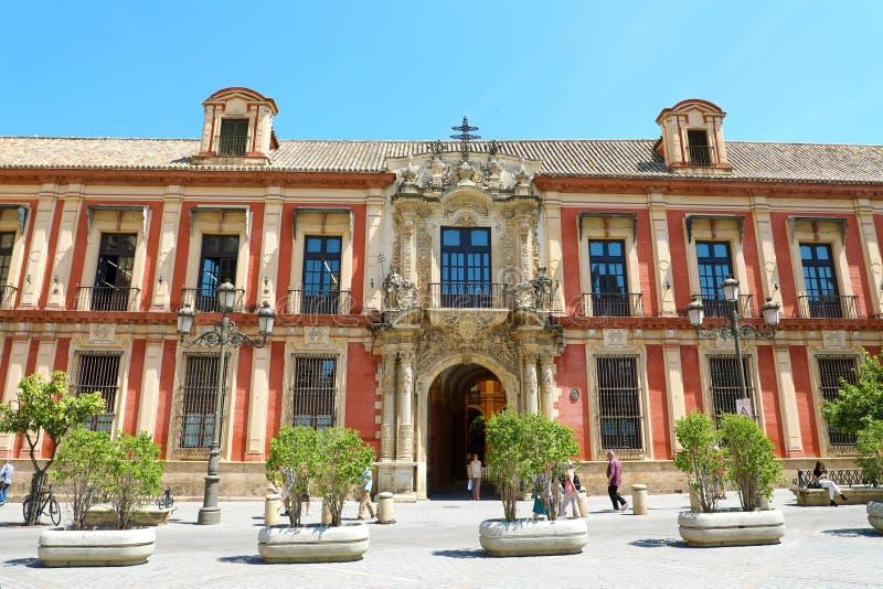 SEVILLE SPANIEN - JUNI 14, 2018: Slott för ärkebiskop` s i plazaen Vir arkivbild