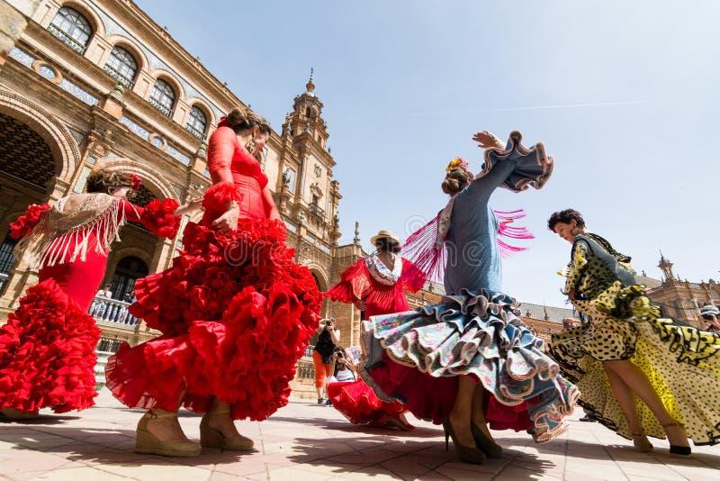 SEVILLE SPANIEN - MAJ 2017: Unga kvinnor dansar flamenco på Plaza de Espana royaltyfri foto