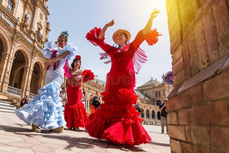 SEVILLE SPANIEN - MAJ 2017: Unga kvinnor dansar flamenco på Plaza de Espana royaltyfri bild