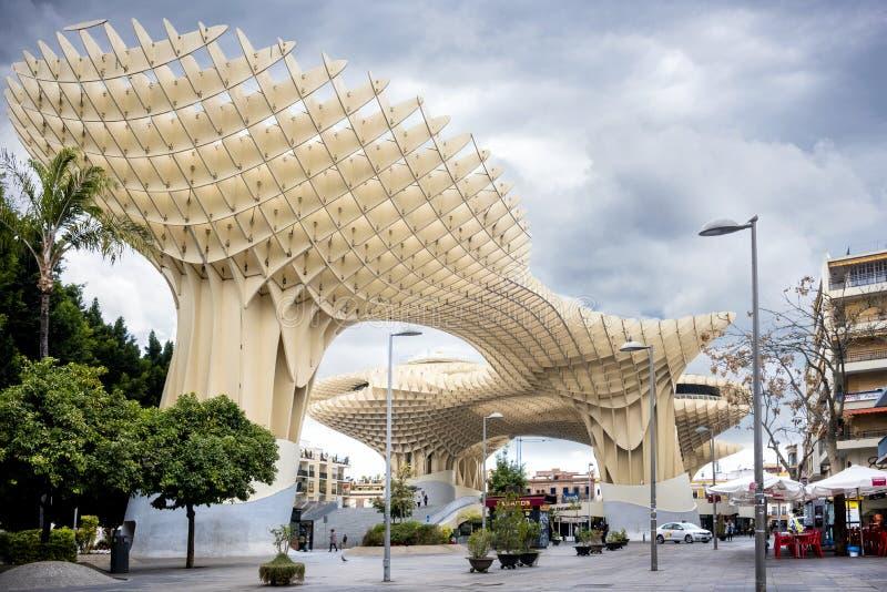SEVILLE - SPANIEN: Metropol slags solskydd i plazaen Encarnacion, Andalusia landskap arkivbilder