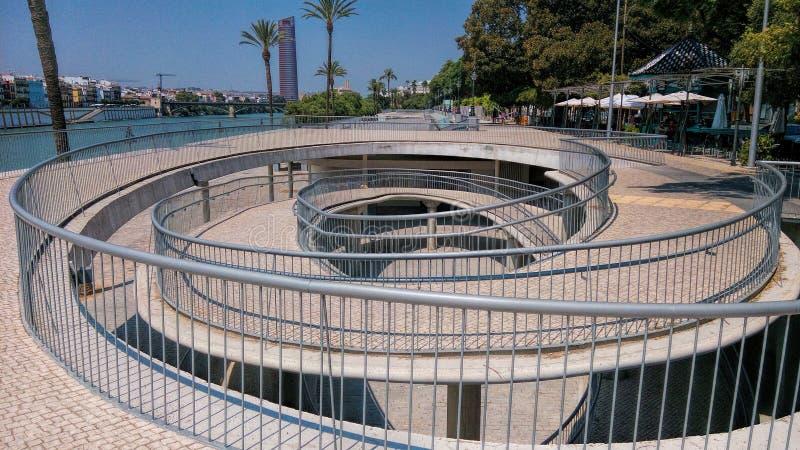 Seville Spanien spiraltrappuppgång på bankerna av floden Guadalquivir royaltyfria bilder