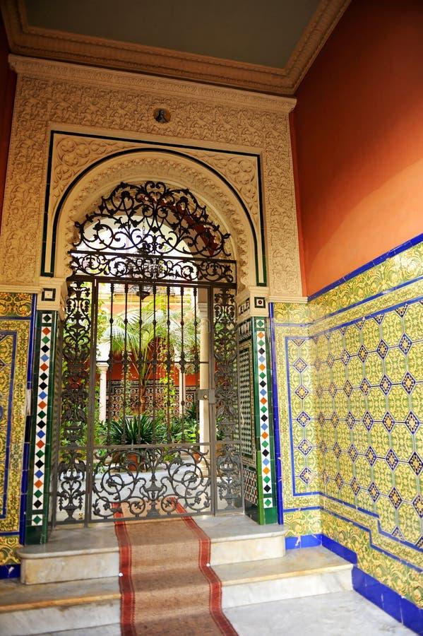 Sevillian hus för typisk säteri med uteplatsen, Seville, Spanien royaltyfria bilder