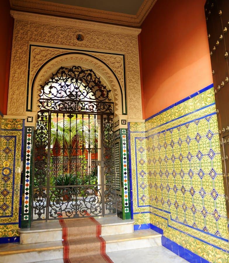 Sevillian hus för typisk säteri med uteplatsen, Seville, Spanien arkivbilder