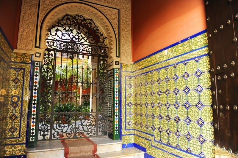 Sevillian hus för typisk säteri med uteplatsen, Seville, Spanien royaltyfria foton