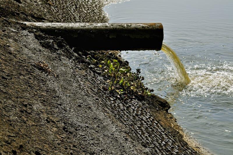Sewages od przemysłu - ludzki wpływ na naturze obraz stock