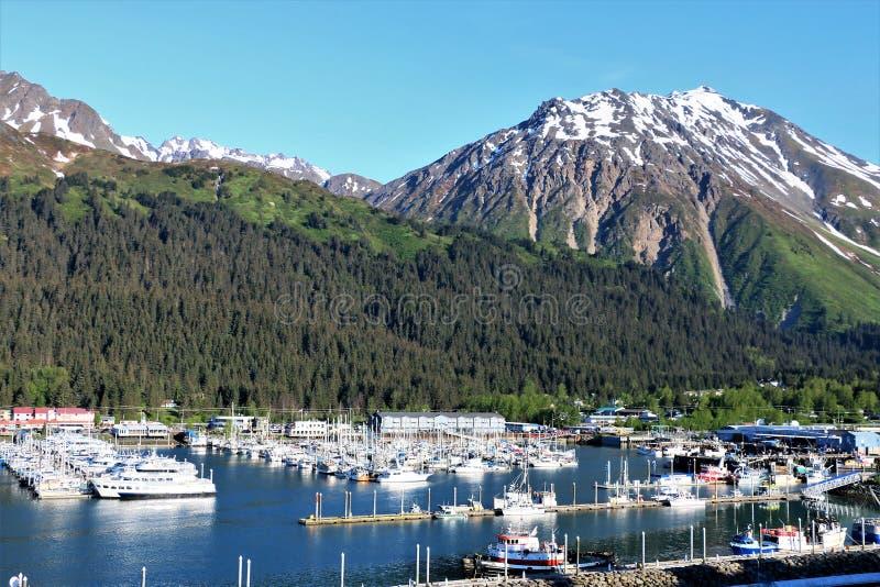 Seward港口在有山的阿拉斯加在背景中 库存照片