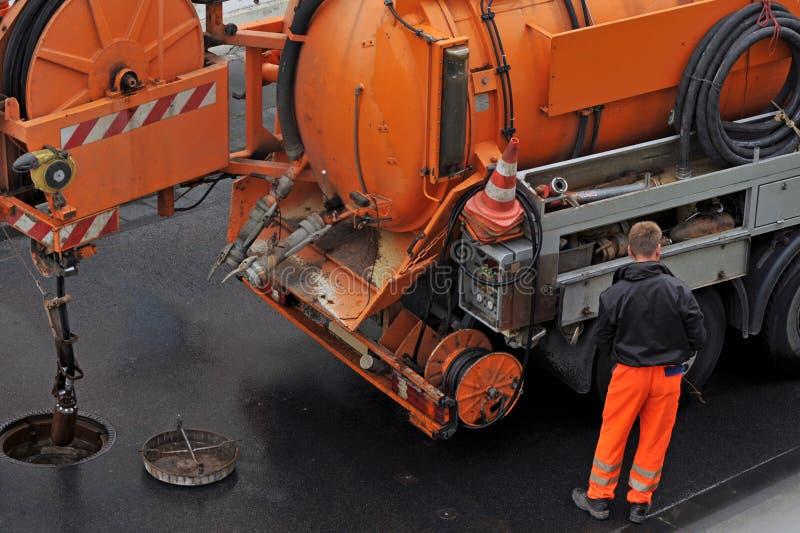 Sewer cleaning. Abwasser-Arbeiter auf die Straßenreinigung Rohr royalty free stock images