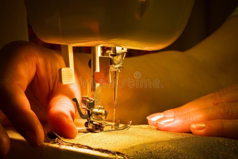 Sewing com uma máquina imagem de stock royalty free