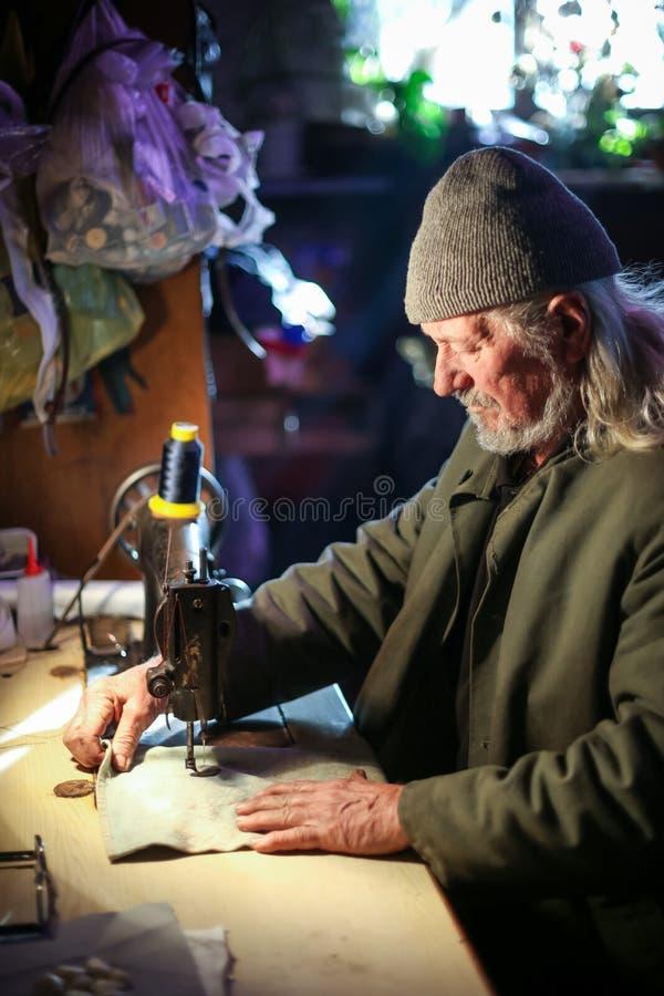 Sewing do homem idoso fotos de stock