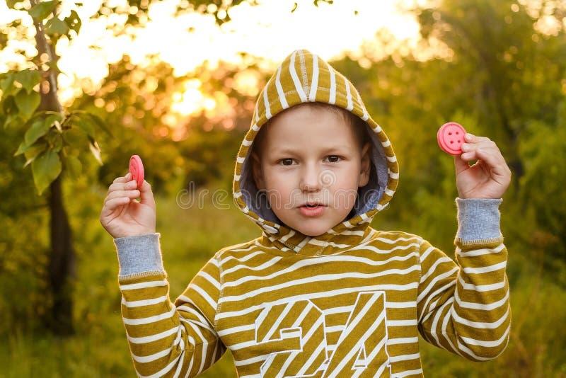 Sex-år-gammal pojke i gul hoodie royaltyfri fotografi