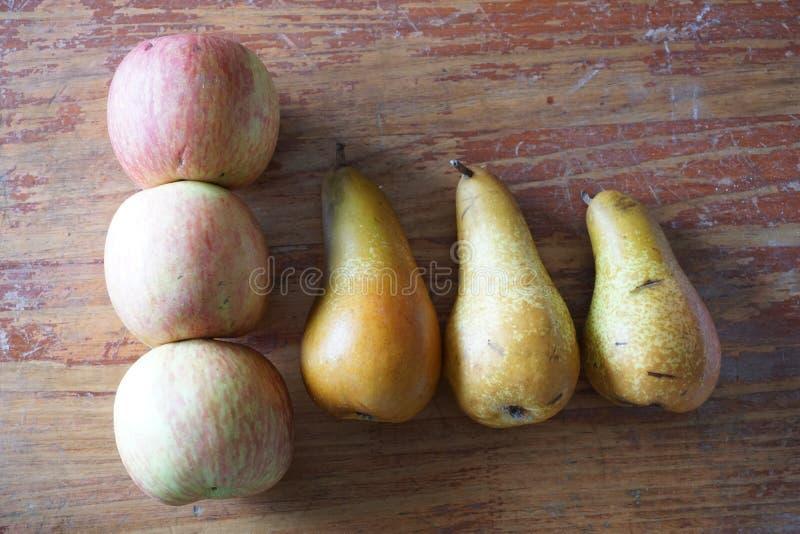 Sex frukter på tabellen arkivbilder