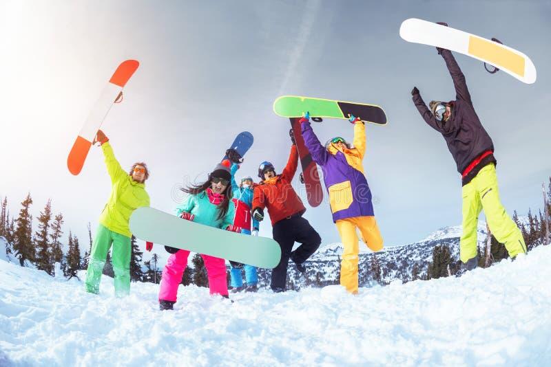 Sex lyckliga vänner har gyckel Skidar eller snowboardbegreppet fotografering för bildbyråer