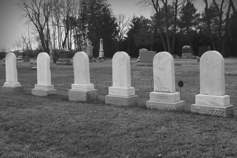 Sex matcha gravstenar i kyrkogård fotografering för bildbyråer