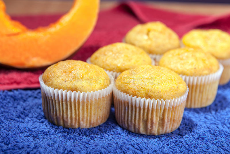 Sex muffin på kökshanddukar arkivbild