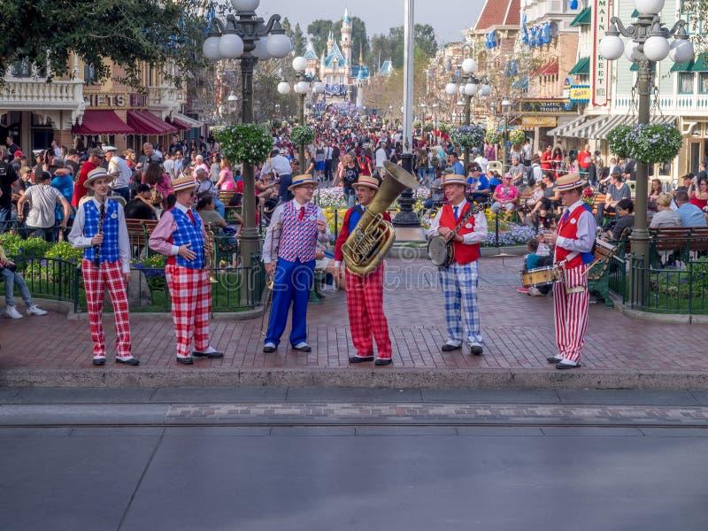 Sex styckmusikband på Main Street USA på Disneylanden fotografering för bildbyråer