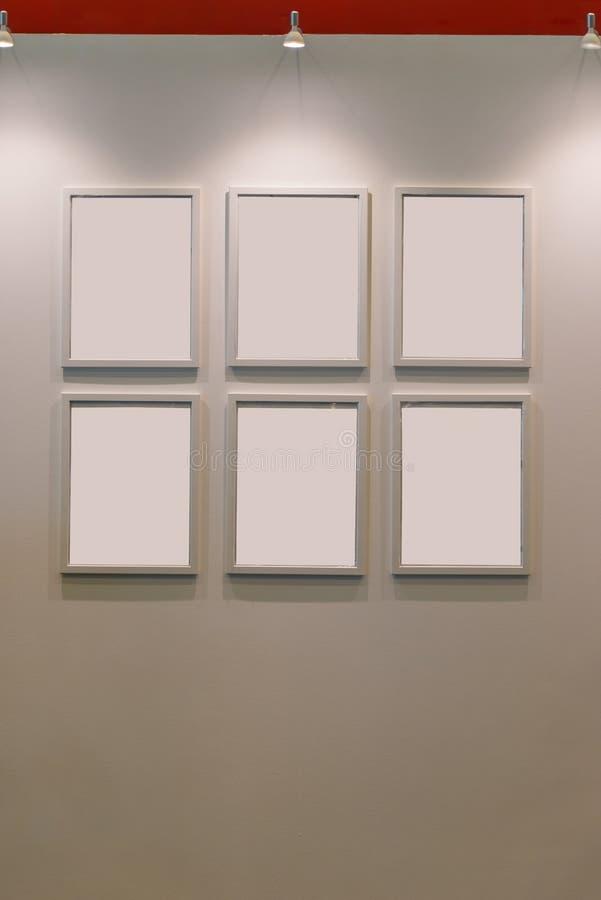 Sex tomma träbildramar på vägggarneringsamtidan royaltyfri fotografi