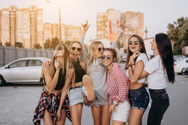 Sex unga kvinnor har gyckel p? parkeringshuset arkivfoto