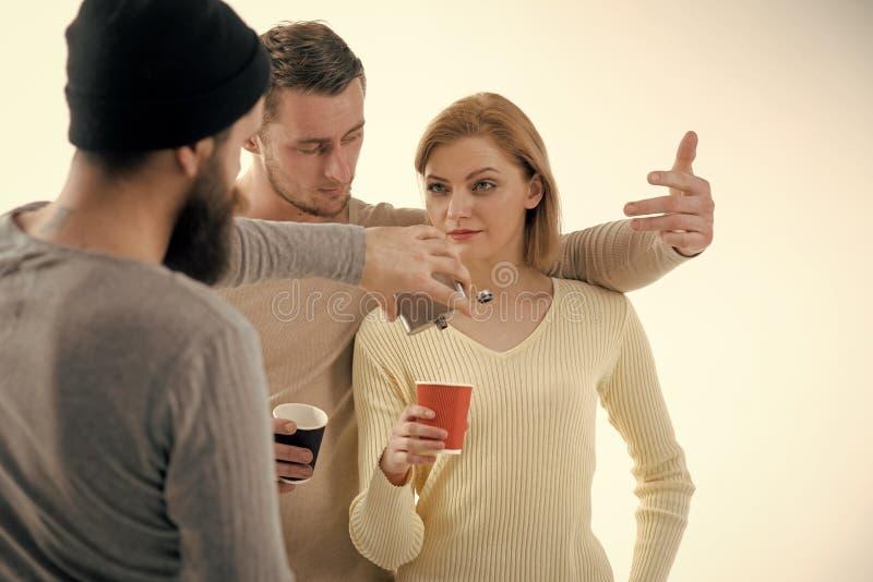 Sexdrogen und -rock-and-Roll alcohol Jugendalkohol gewöhnt Männer, Frau auf nachdenklichen Gesichtern, weißer Hintergrund Erhalte lizenzfreies stockbild