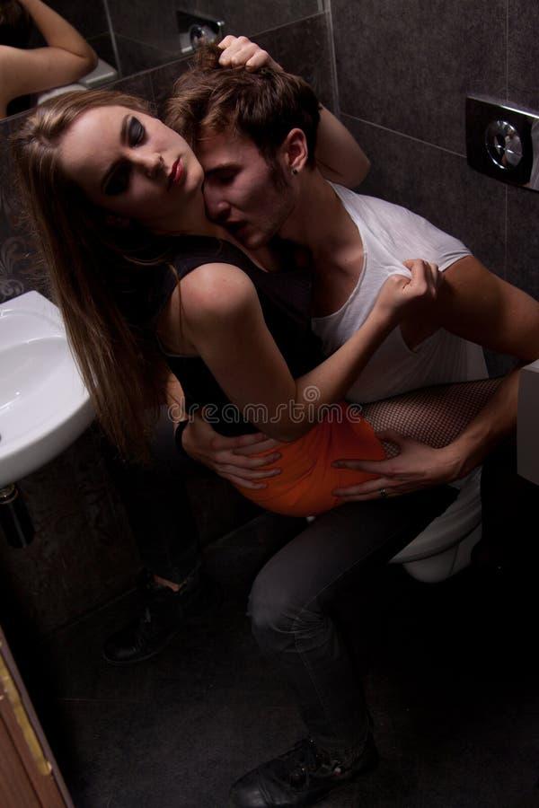 Sexe dans la toilette du club de musique