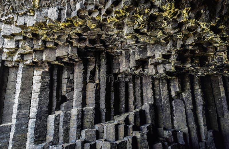 Sexhörnig columnar basalt i grotta för Fingal ` s royaltyfri bild