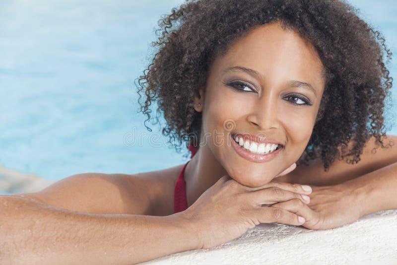 Sexig afrikansk amerikankvinnaflicka i simbassäng arkivbilder