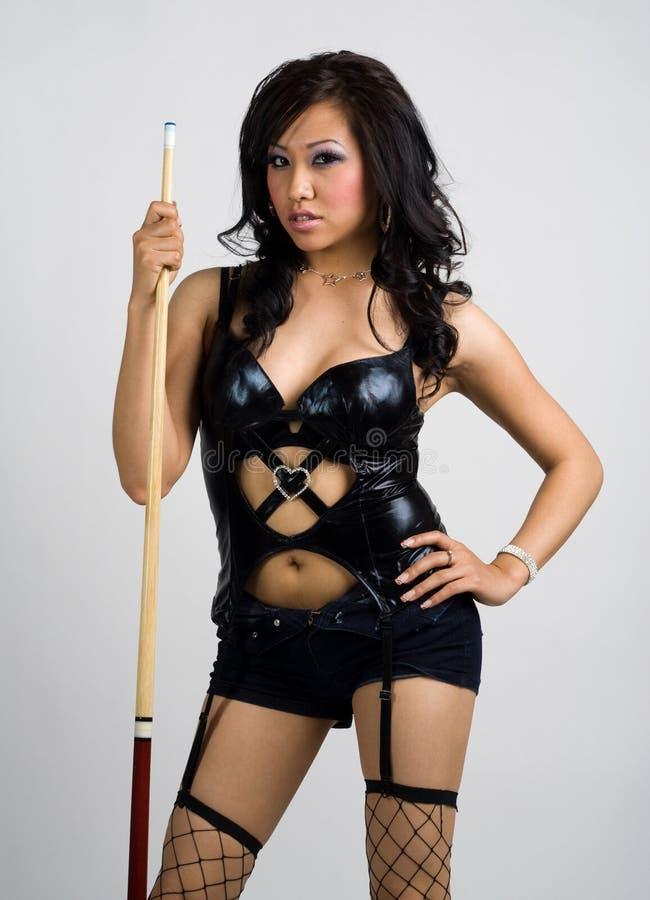 sexig asiatisk pöl för dräkt för indikationsflickaholding royaltyfria bilder