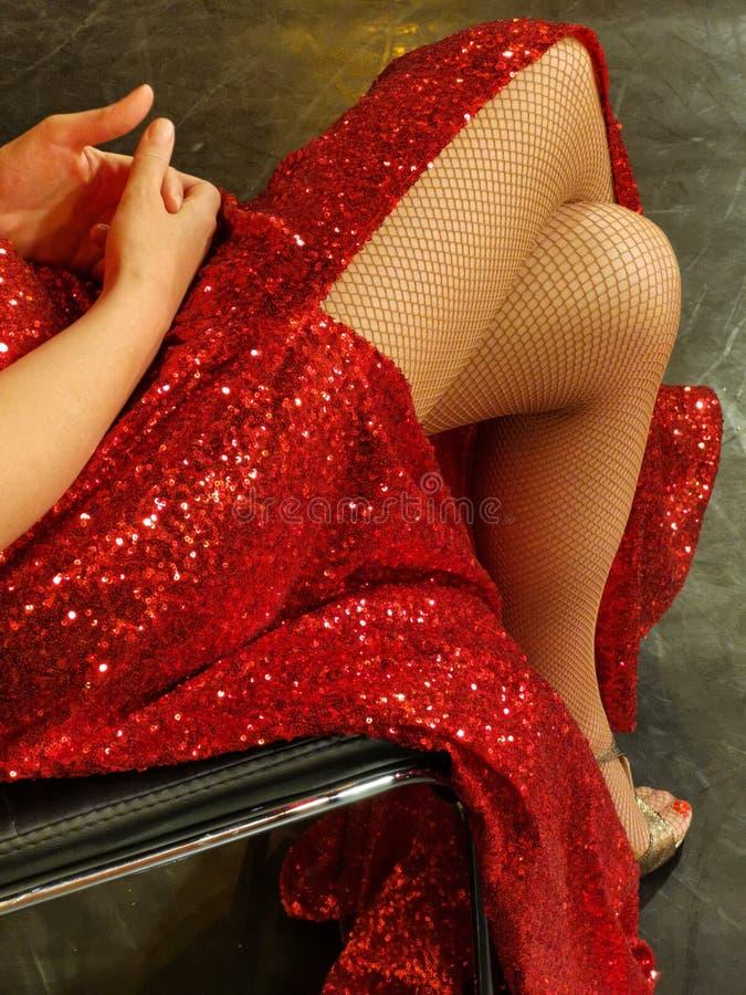 Sexig benkvinna i röd klänning arkivfoton