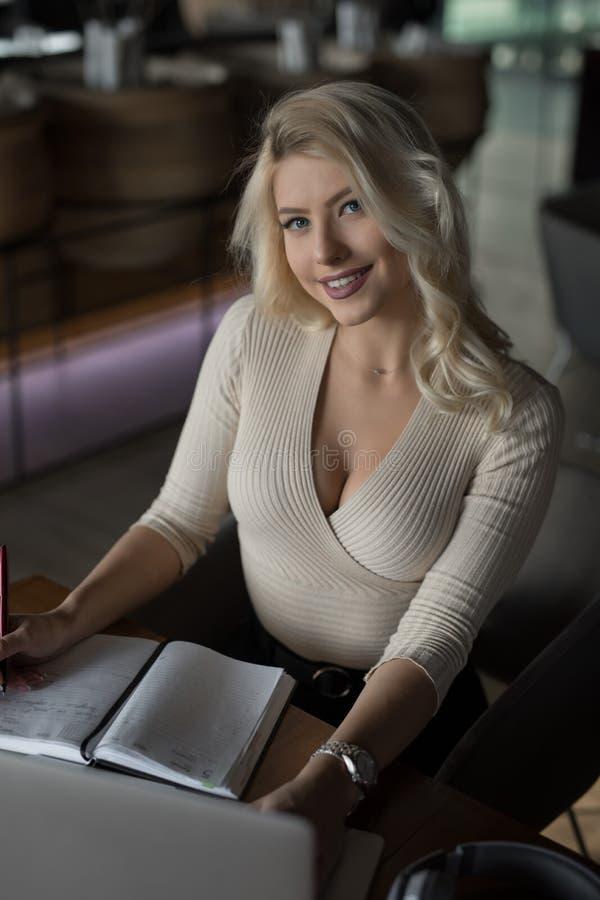 Sexig blond affärskvinnastående royaltyfri foto