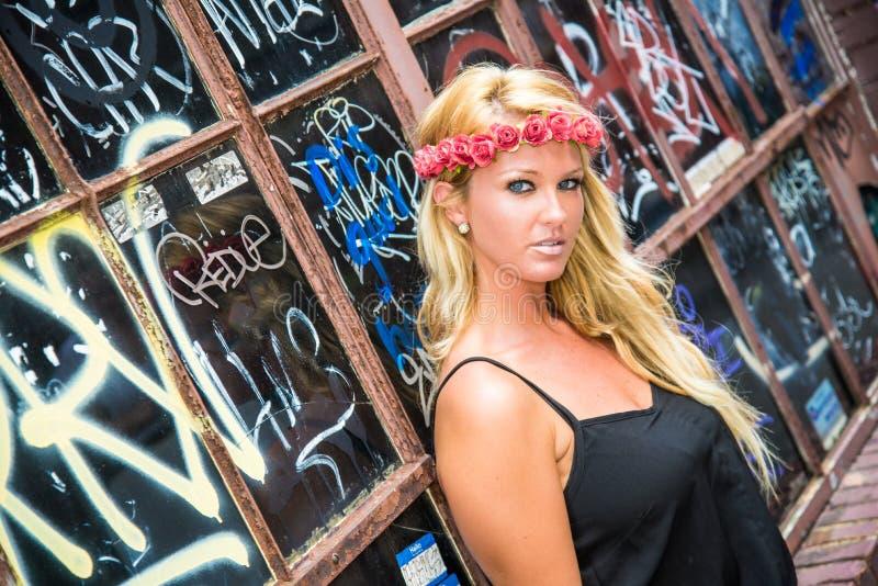Sexig blond flicka i tillfälligt mode arkivbilder