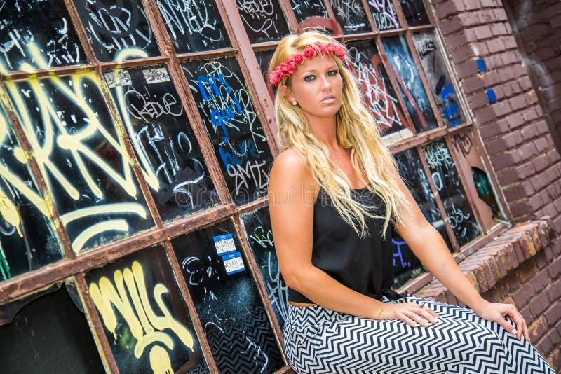 Sexig blond flicka i tillfälligt mode royaltyfri fotografi