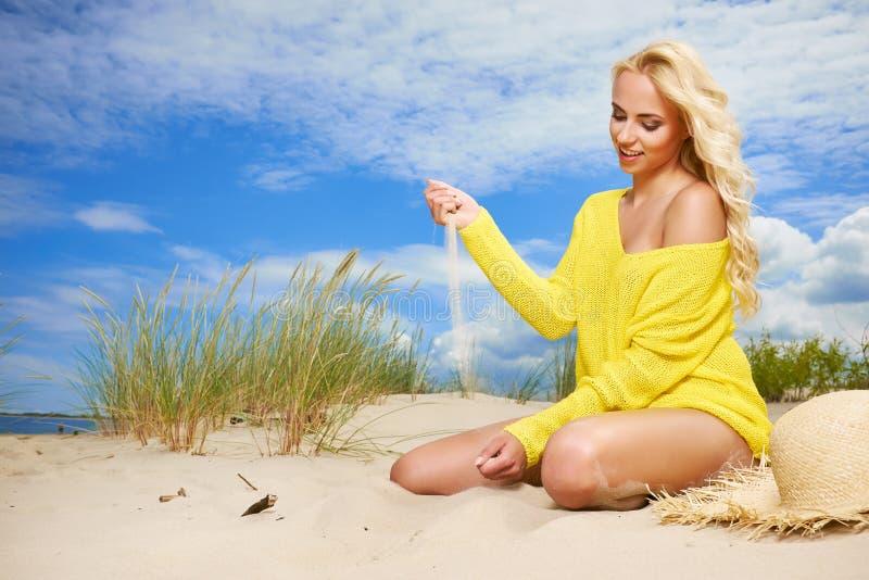 Sexig blond flicka på stranden arkivfoton