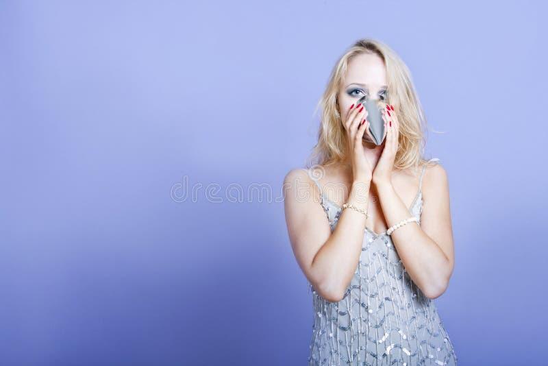 Sexig blond klänning för silver för partiflicka bärande och partihatt fotografering för bildbyråer