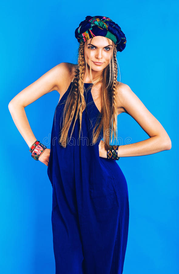 Sexig blond kvinna i blå turban i overall arkivfoton