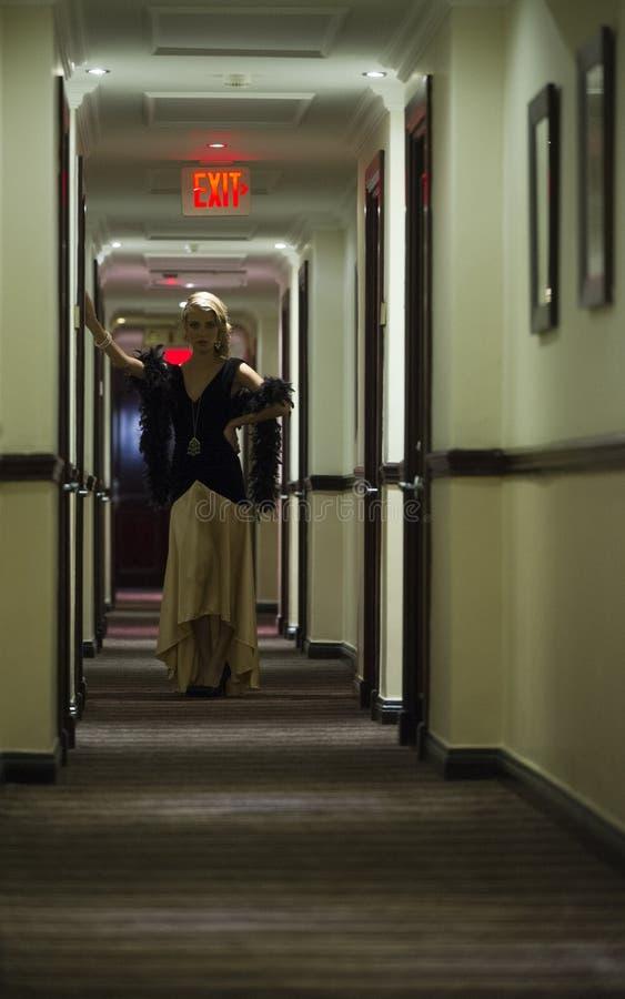 Sexig blond kvinna i hotellhall royaltyfria foton