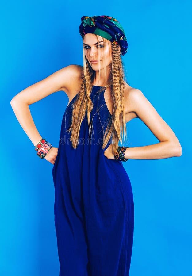 Sexig blond kvinna i turban i overall arkivbild
